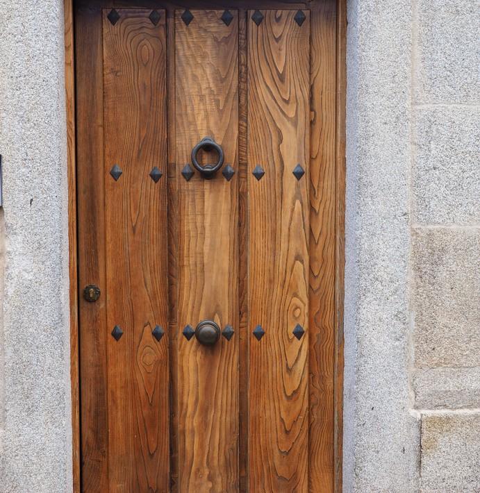 Puerta exterior castaño